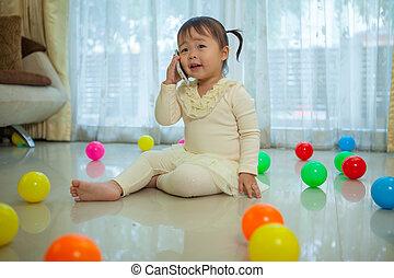 retrato, de, bonito, asiático, menininha, falando telefone móvel