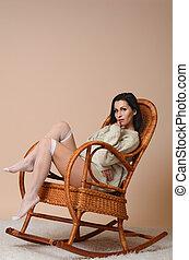 retrato, de, bonito, cute, morena, menina mulher, em, cinzento, suéter, roupas, sentando