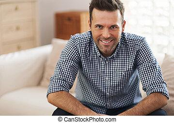 retrato, de, bonito, homem, em, sala de estar