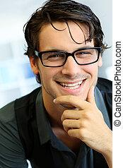 retrato, de, bonito, homem jovem, com, óculos