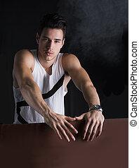 retrato, de, bonito, homem jovem, inclinar-se, em branco, billboard