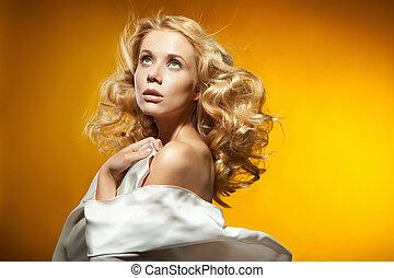 retrato, de, bonito, loura, mulher