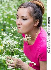 retrato, de, bonito, mulher jovem, com, flores, ligado, natureza, em, verão