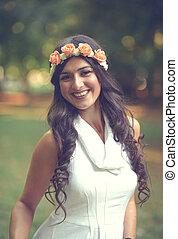 retrato, de, bonito, mulher jovem, com, grinalda floral, em, natureza