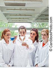 retrato, de, ciencia, estudiantes, el verter, líquido, en, un, frasco