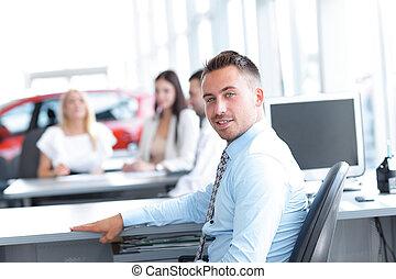 retrato, de, confiado, hombre de negocios, sentado, en, el, escritorio