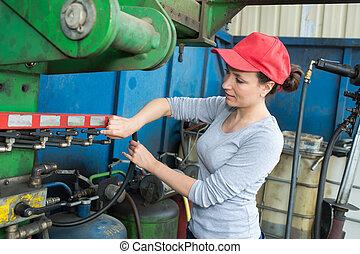 retrato, de, confiante, femininas, trabalhador fábrica