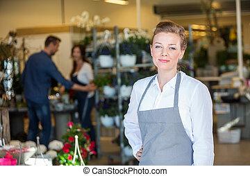retrato, de, confiante, vendedor, em, loja flor
