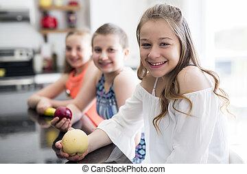 retrato, de, criança, menina, com, frutas, cozinha