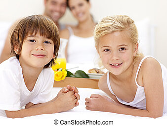 retrato, de, crianças, cama, com, seu, pais
