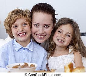 retrato, de, crianças, tendo, pequeno almoço, com, seu, mãe