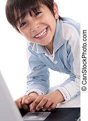retrato, de, cute, caucasiano, menino, sorrindo, com, laptop