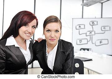 retrato, de, dos, empresarias, en, presentación negocio, en, oficina