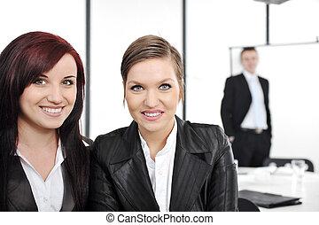 retrato, de, dos, feliz, empresarias, en, presentación negocio, en, oficina