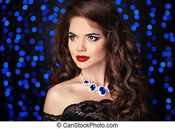 retrato, de, elegante, morena, mulher, com, lábios vermelhos, maquilagem, saudável, cabelo ondulado, estilo, e, colar, jóia, sobre, azul, bokeh, partido, luzes, ob, pretas, experiência.