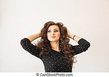 retrato, de, elegante, mulher, com, cabelo ondulado