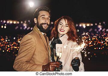retrato, de, elegante, pareja, con, champaña, aire libre
