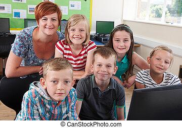 retrato, de, elementar, pupilas, em, classe computador, com, professor