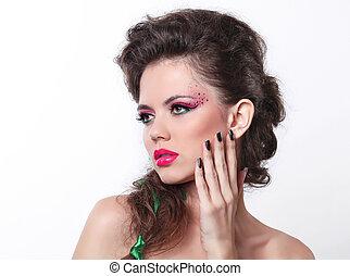 retrato, de, excitado, mulher bonita, com, luminoso, maquiagem, e, cabelo ondulado, estilo