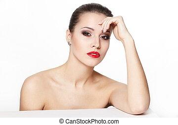 retrato, de, excitado, sentando, caucasiano, mulher jovem, modelo, com, glamour, lábios vermelhos, maquilagem, olho, seta, maquilagem, pureza, complexion., perfeitos, limpo, pele