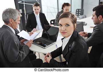 retrato, de, exitoso, mujer de negocios, y, equipo negocio, en, reunión de la oficina