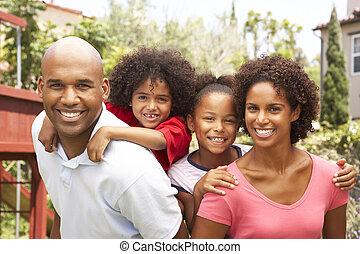 retrato, de, família feliz, em, jardim