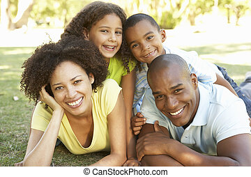 retrato, de, família feliz, empilhado, parque