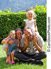 retrato, de, família feliz, ligado, a, gramado verde