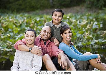 retrato, de, família hispânica, com, dois meninos, ao ar...