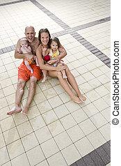 retrato, de, família jovem, ligado, piscina, convés, azulejo
