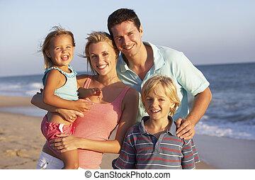 retrato, de, familia en la playa, feriado