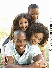 retrato, de, familia feliz, amontonado, en el estacionamiento