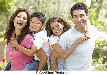 retrato, de, familia feliz, en el estacionamiento