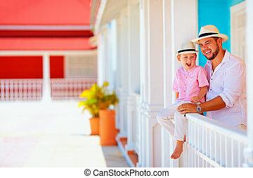 retrato, de, familia feliz, en, vacaciones caribes