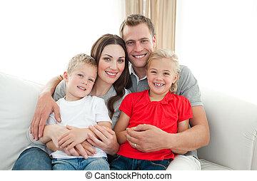 retrato, de, familia feliz, se sentar sobre sofá