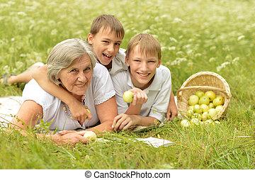 retrato, de, familia feliz, tener un picnic