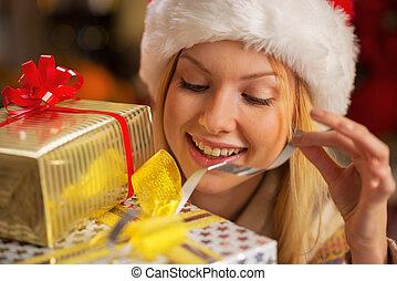 retrato, de, feliz, adolescente, niña, en, santa sombrero, apertura, navidad, p