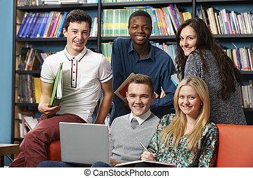 retrato, de, feliz, estudantes, em, biblioteca