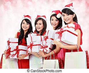 retrato, de, feliz, gente divertida, con, navidad, santa sombrero, tenencia, cajas del regalo