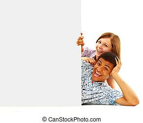 retrato, de, feliz, hombres y mujeres, posición, con, un, cartelera, contra, fondo blanco