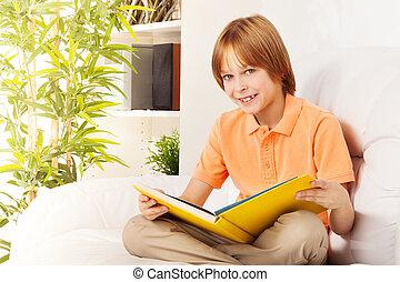 retrato, de, feliz, menino, com, livro
