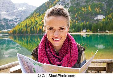 retrato, de, feliz, mujer joven, con, mapa, en, lago,...