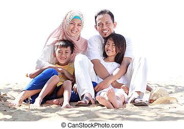 retrato, de, feliz, musulmán, familia , en, el, playa