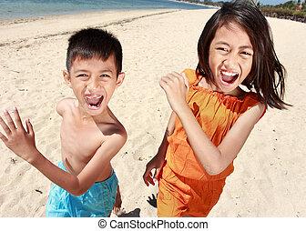 retrato, de, feliz, niño pequeño, y, niña, corriente, en, el, playa