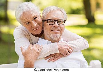retrato, de, feliz, pareja mayor, en, parque