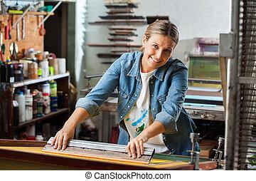 retrato, de, femininas, trabalhador, usando, rodo, em, fábrica