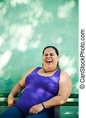 retrato, de, gorda, mulher olha, câmera, e, sorrindo