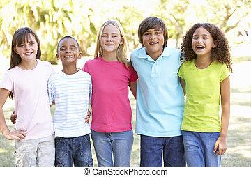 retrato, de, grupo de niños, juego, en el estacionamiento