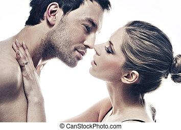 retrato, de, guapo, pareja, suavemente, besar