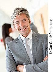 retrato, de, guapo, posición empresario, en, vestíbulo